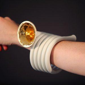 Horn bracelet in porcelain and gold