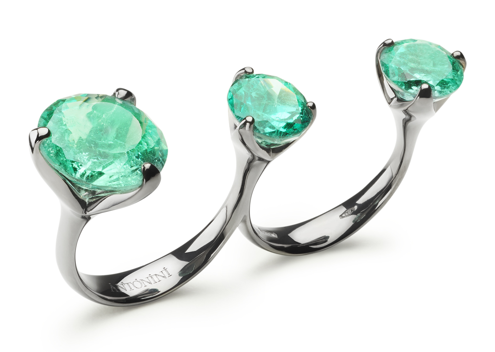 Extraordinaire collection Troi et Moi ring with emeralds