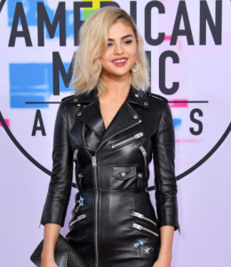 Selena Gomez American Music Awards 2017 hoop earrings