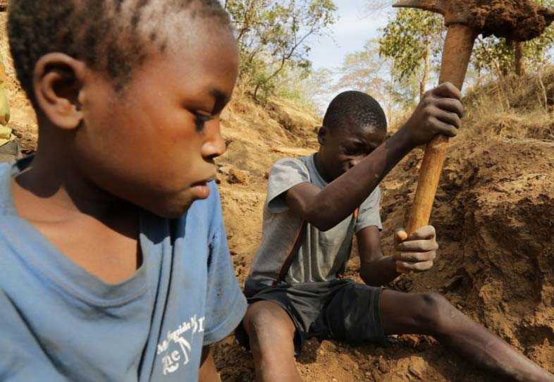 Human Rights Watch boys mining for gold