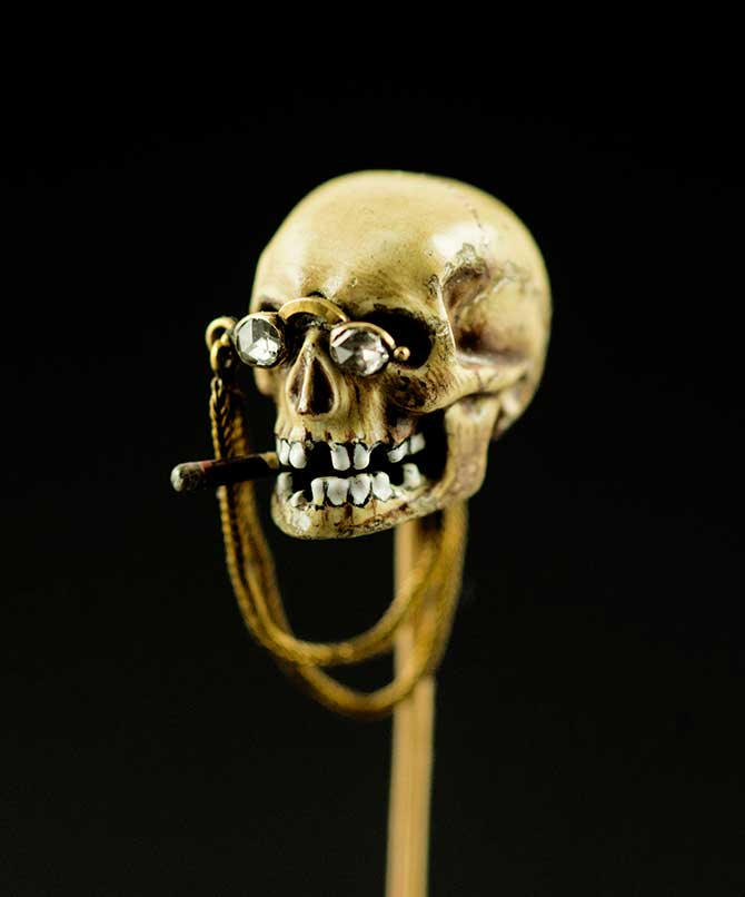 Figure and Faces skull tie pin