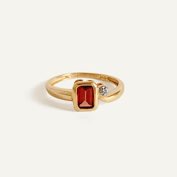Kinn Vintage garnet and diamond ring