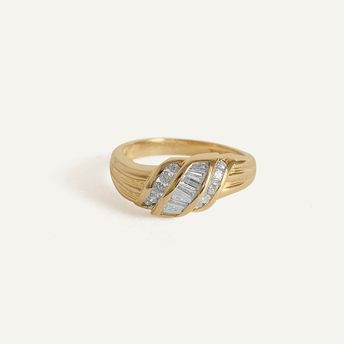 Kinn Vintage gold diamond baguette ring