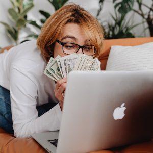 Canva-stock-online-shopper
