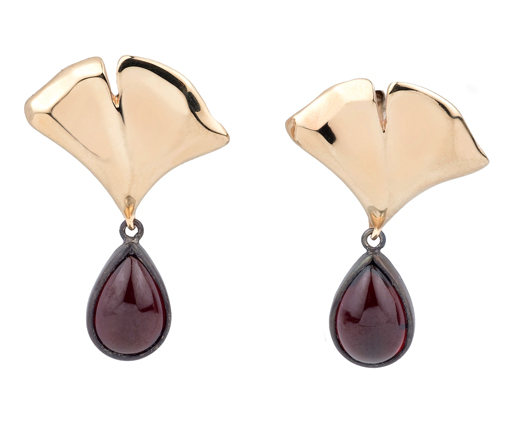 Babette Shennan earrings in gold with red garnet