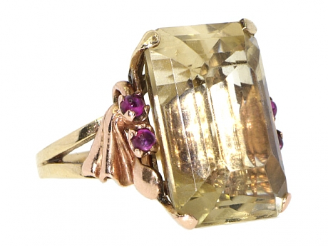 Vintage gold ring from Beladora worn by Kelly Osbourne to the 2014 Emmys