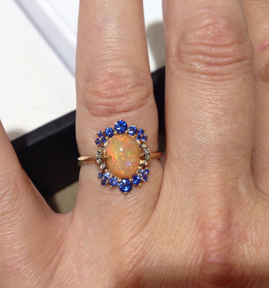 Ring in 18k gold with Ethiopian opal and blue sapphires from Denoir