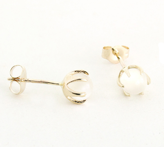 Earrings in 10 gold with moonstone from 1909 by Erica Weiner