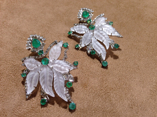 Earrings in 18k gold with carved quartz, emeralds, and diamonds from Laura Hueb