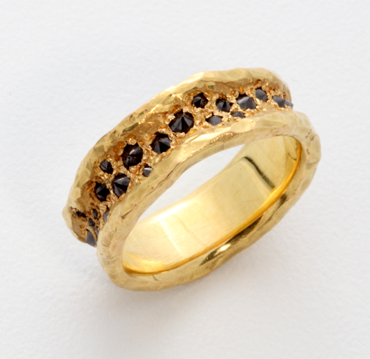 Men's band in 18k gold with inverted diamonds from Todd Pownell