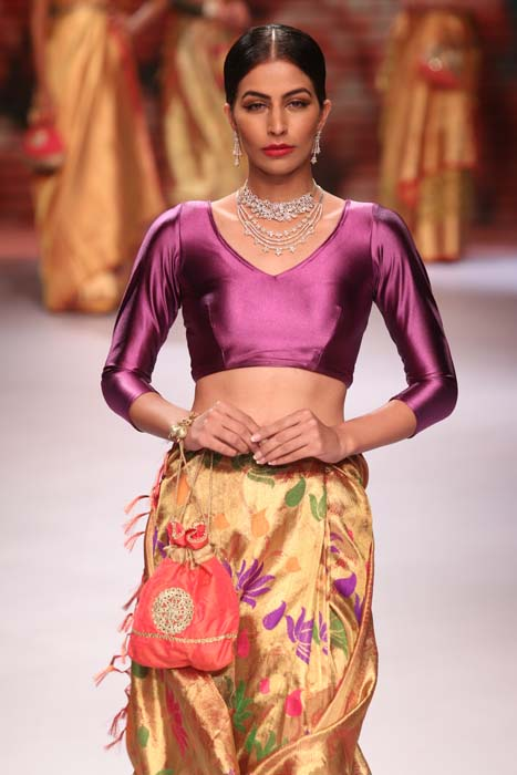 1 A model posing in Moni Agarwal jewellery at IIJW 2015.jpg