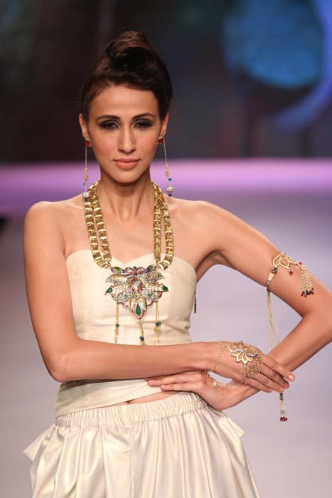 A model strikes a pose at the IIGJ Show, IIJW 2015.jpg