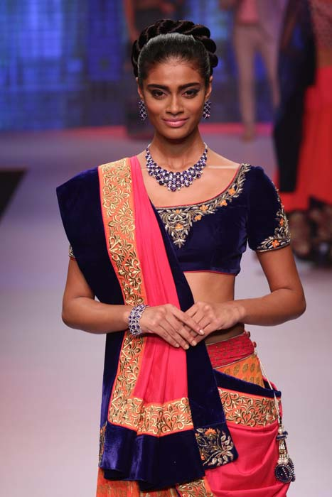 A model wearing jewellery at JAS Show at IIJW 2015.jpg