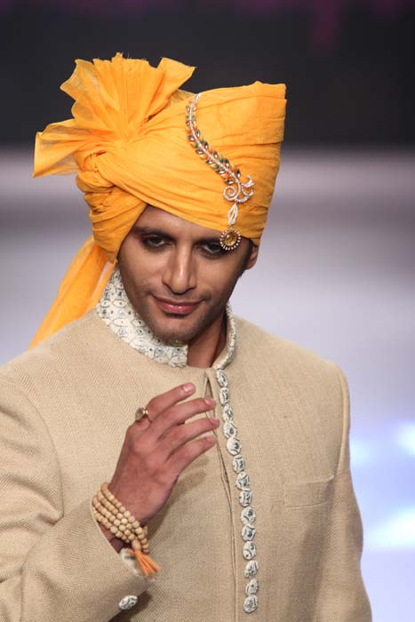 Actor Karan Veer looks handsome at the Monica Kapur show at IIJW 2015.jpg