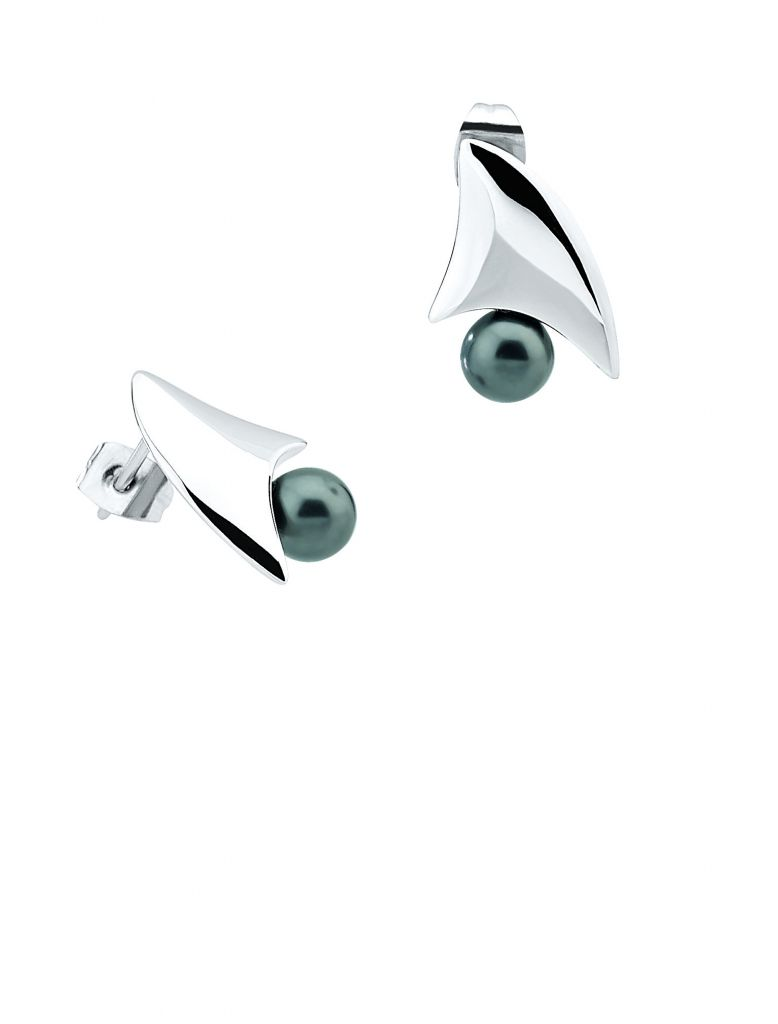 Fin earrings in silver with freshwater pearls by Misaki