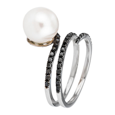 Ring in 18k gold with freshwater pearl and black diamonds by KGH Jewellery