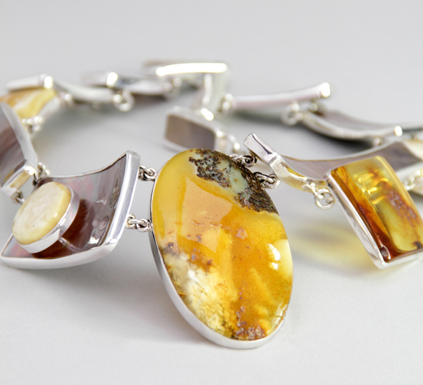 Ambermoda necklace in silver with amber and mother of pearl
