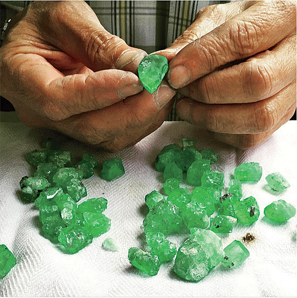 jck0516_plus_muzoemeralds_cuttingandpolishing.jpg