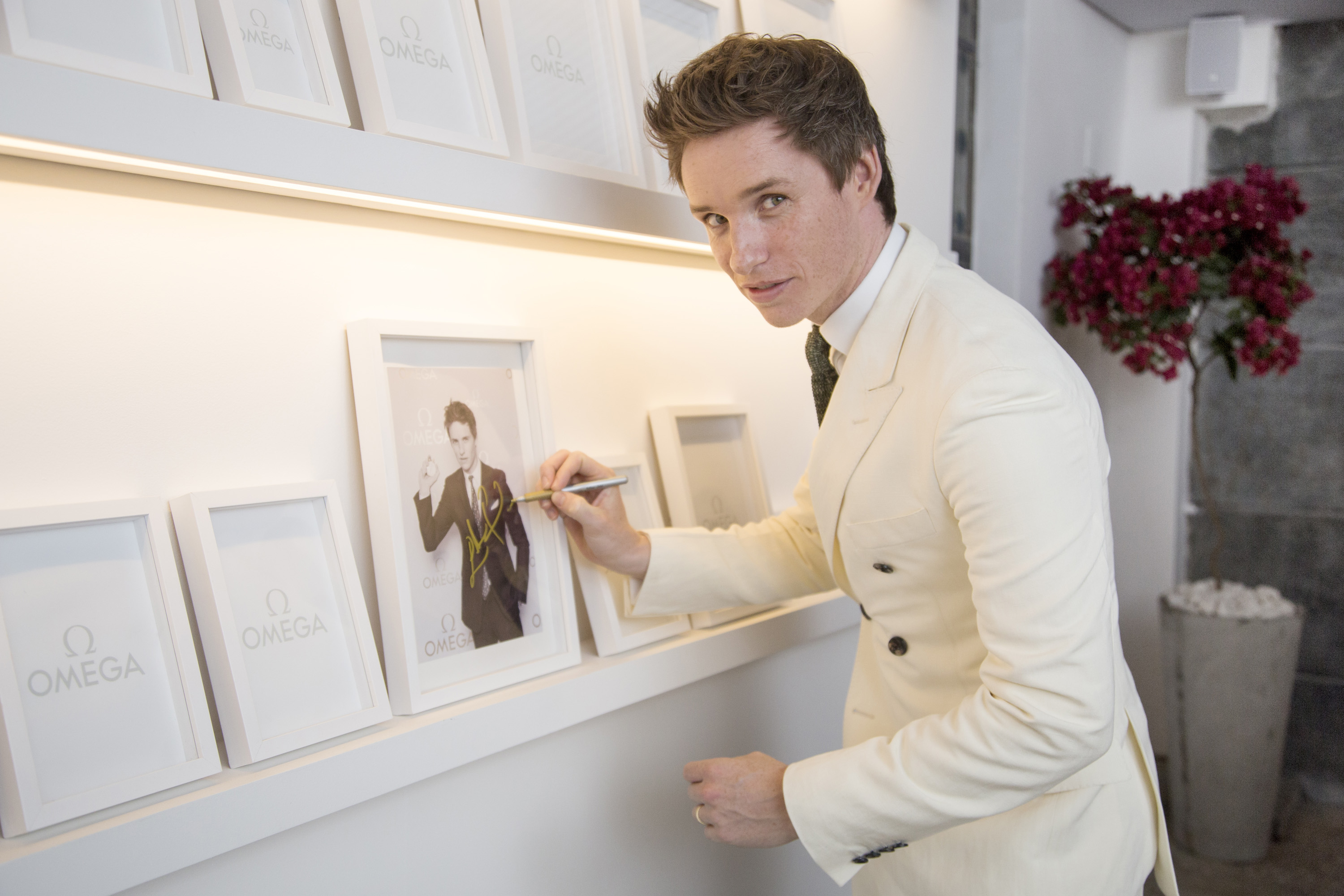 eddie_redmayne_signs_the_wall_of_fame.jpg